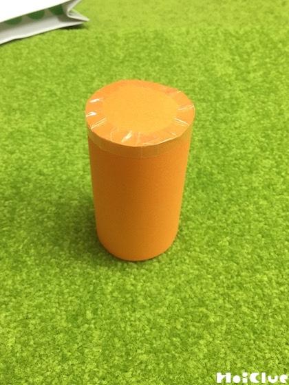 画用紙で作ったトイレットペーパーの芯より一回り大きい筒