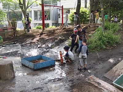 冒険遊び場(渋谷はるのおがわプレーパーク)で水遊びをして遊ぶの子どもたちの様子