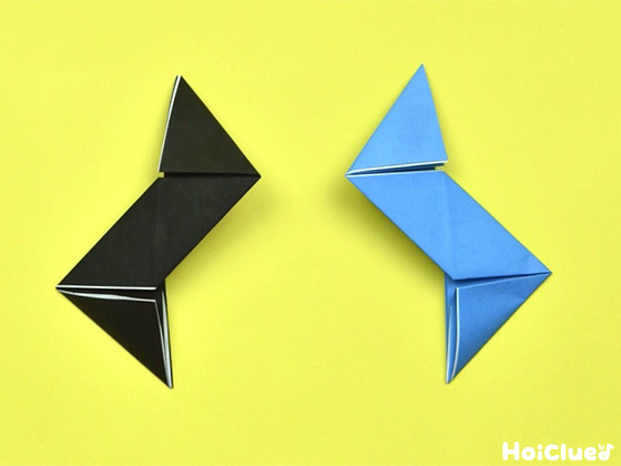 上下の角を三角形になるように折った様子