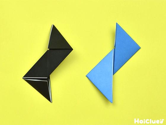 水色の折り紙を裏返した様子