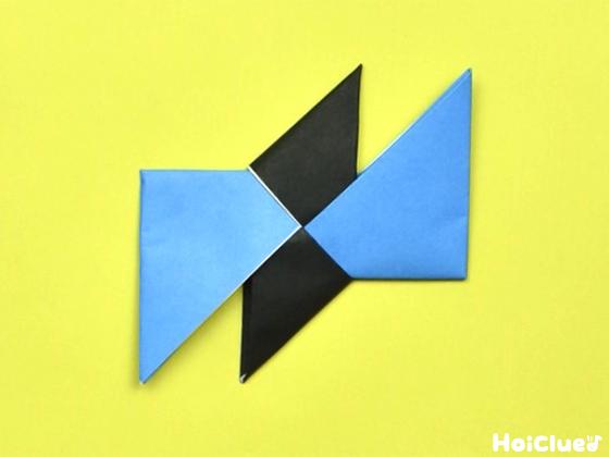 同様に下側の三角も折り水色の折り紙に差し込んだ様子