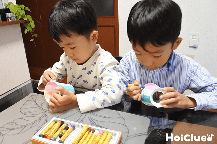 紙コップに絵を描く子どもたちの様子