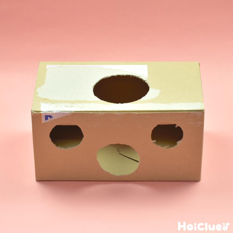 上部と側面の数カ所に穴を開けた箱