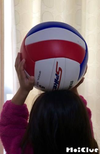 ボールを頭の上にくっつける子どもの様子