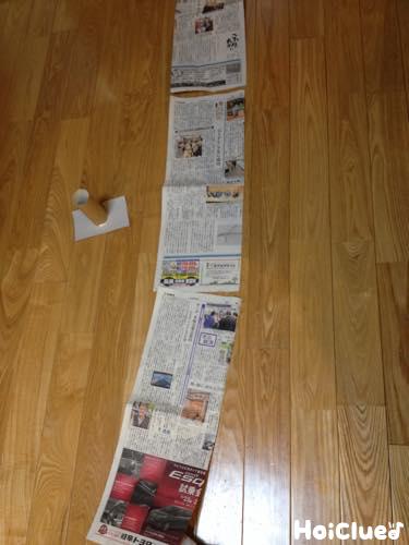 新聞紙を長く繋いた写真