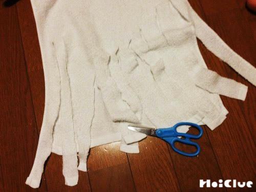 ハサミでタオルを切っている写真