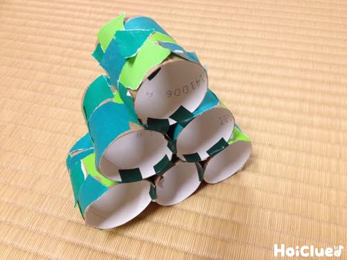 トイレットペーパーの芯に折り紙を貼り、ツリー形に積み上げた写真