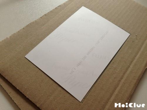 長方形に切ったダンボールの写真