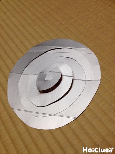 画用紙を螺旋状に切った写真