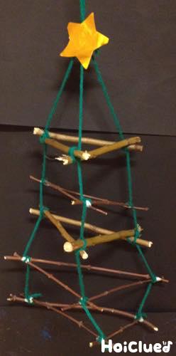 三角を糸で縦に繋げている様子