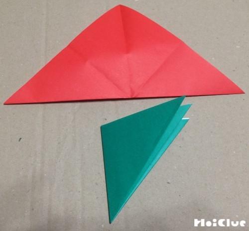 折り紙を三角に折った写真