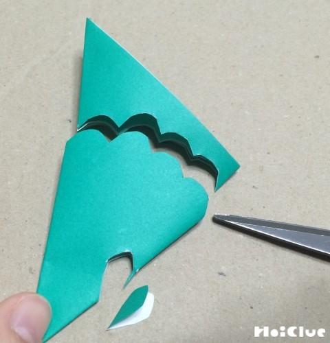 折り紙を扇型におり端を波型に切った写真