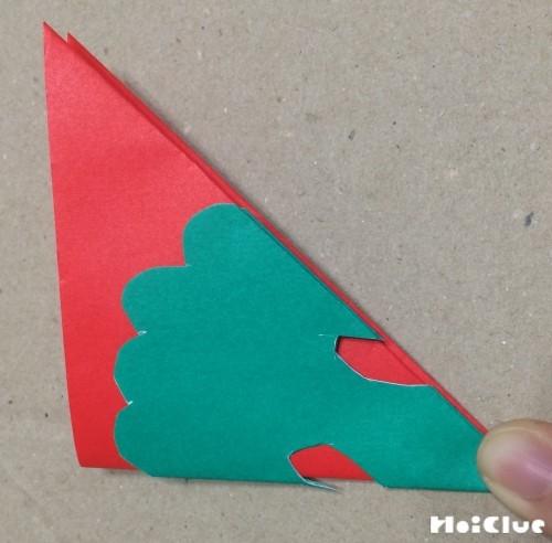 切った折り紙を他の折り紙に重ねた写真