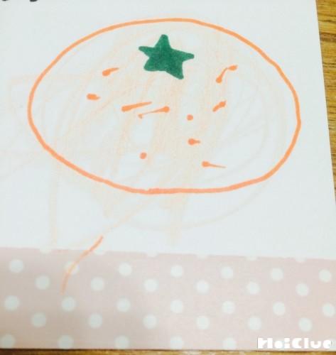 画用紙にみかんの絵を描いた写真