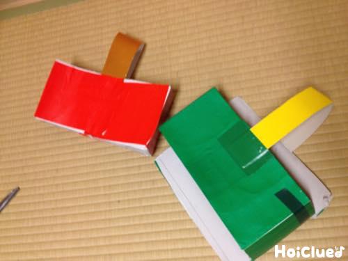 折り紙を貼り付け取っ手をつけた写真