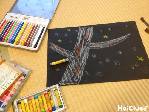 画用紙にクレヨンで絵を描いた写真