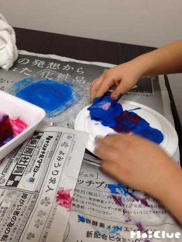 紙皿に色をつけている写真
