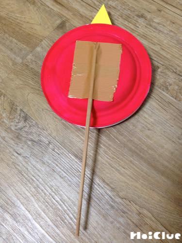 貼り合わせた紙皿の後ろの部分に割り箸をつけている写真