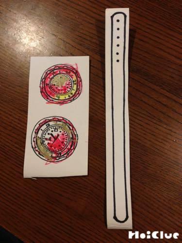 紙に描いた時計に色をつけた写真