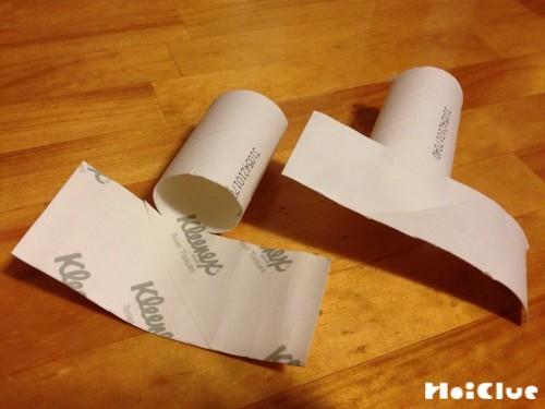 トイレットペーパーの芯の半分を切り開いた写真