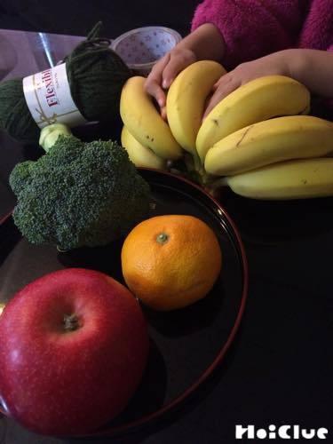 ブロッコリー、りんご、みかん、バナナの写真