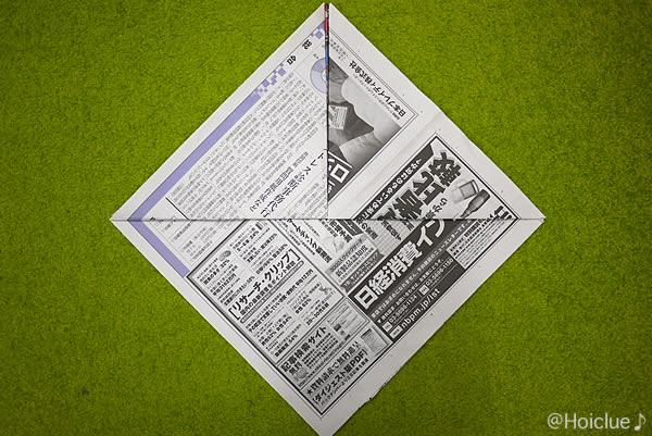 新聞紙を折った写真