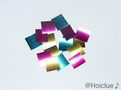 四角に切ったキラキラテープの写真