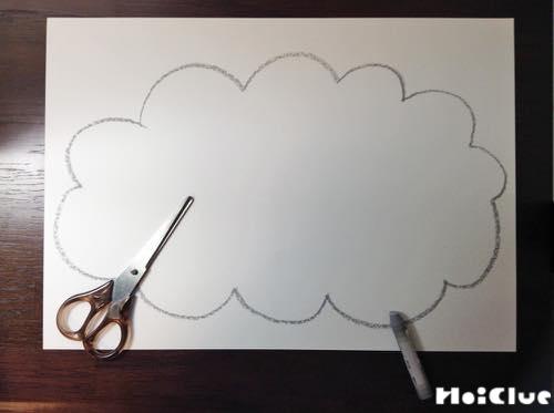 画用紙に絵を描いて切り取っている写真