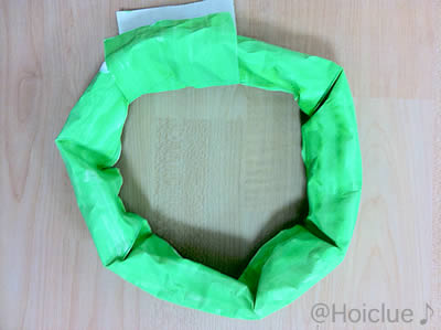 細く丸めた模造紙を輪っかにした写真