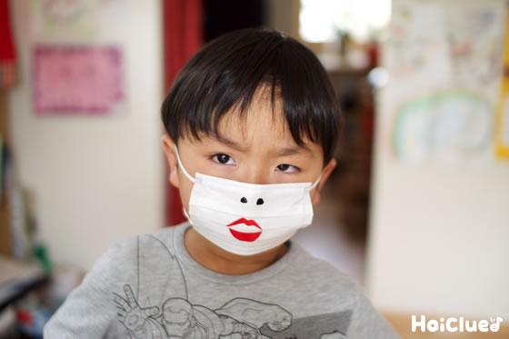 鼻の穴と唇のついたマスクをした写真