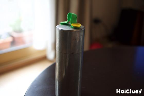しゃくとり虫が缶の頂上に到達した様子