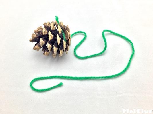 毛糸を結びつけたまつぼっくり