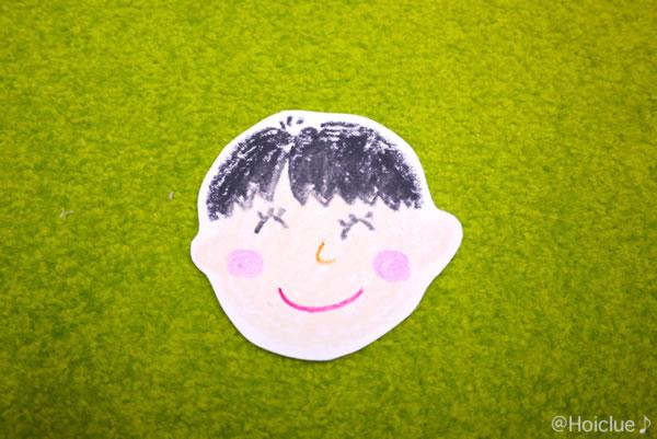 紙に顔を描いて切り抜いた写真
