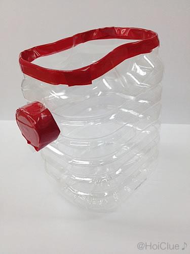 ペットボトルの横にペットボトルキャップをビニールテープで貼り付けた写真