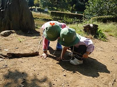 子ども二人で遊んでいる写真