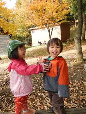 外で遊ぶ子どもの写真