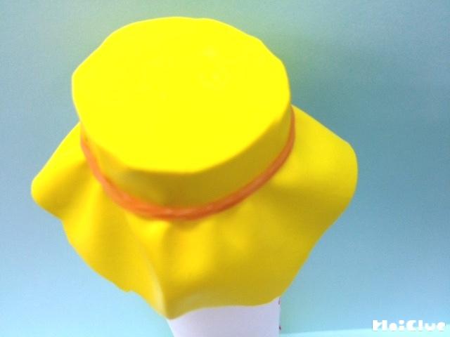 ラップの芯に風船をかぶせて輪ゴムで留めている写真