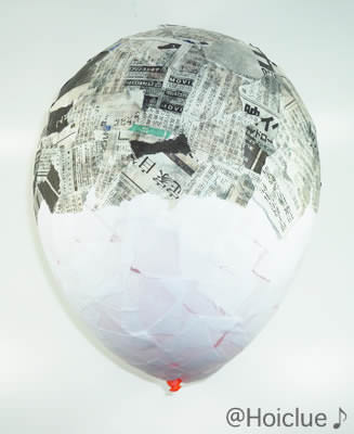 風船にちぎった新聞紙を半分貼った写真