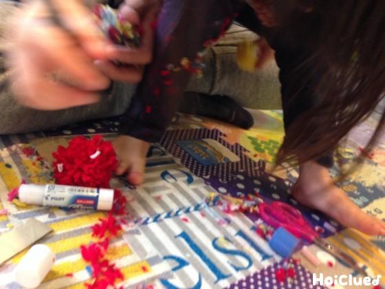 毛糸玉を作る子どもたちの様子