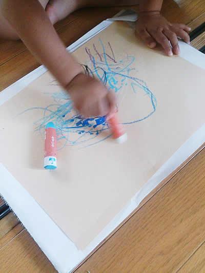 画用紙に雨の絵を描く子どもの様子