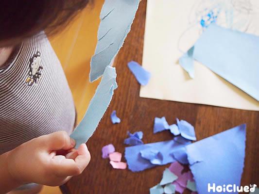 画用紙をやぶく子ども写真