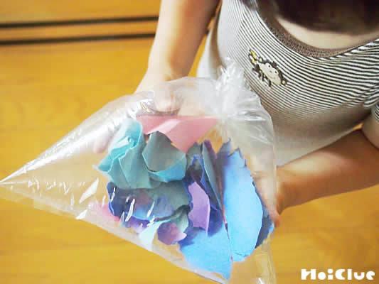 破った画用紙をビニール袋に詰め込んだ写真