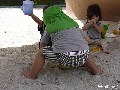 砂場で裸足で遊ぶ子どもたちの様子