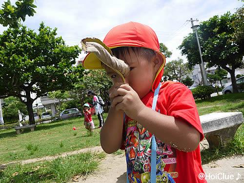 葉っぱを手に持つ子どもの写真