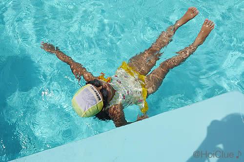体を水に浮かべる子どもの様子