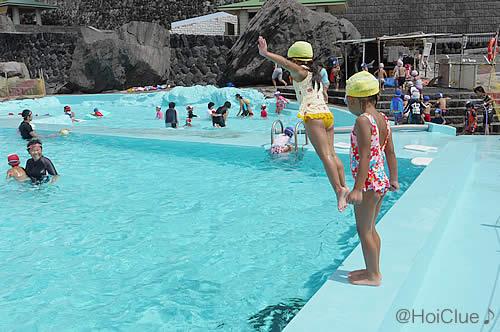 プールに飛び込む子どもの様子