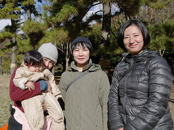 菊地さん(左)とこの日当番だったママたち