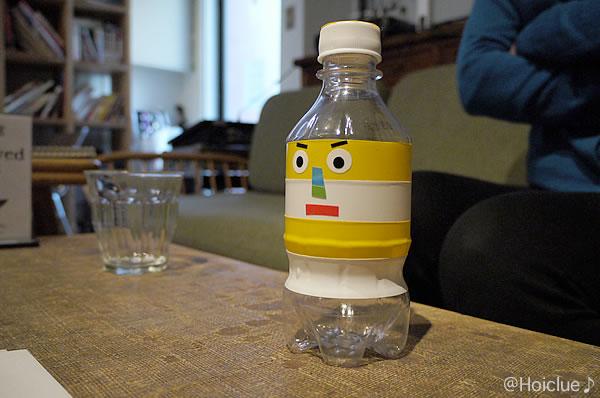 佐藤さん作・かおボトル。底に穴が開いておりキャップを緩めると水がシャワーのように出る。