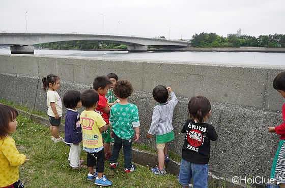 堤防でフナムシを探す子どもたちの様子