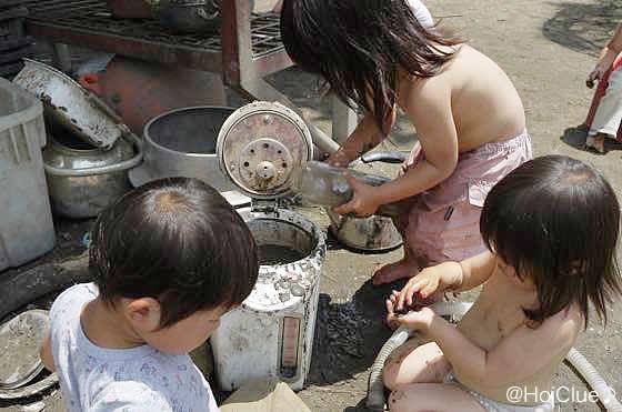 古い電気ポットに水を入れて遊ぶ子どもの様子